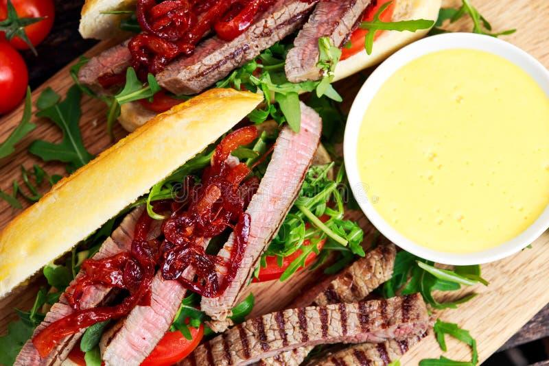 Совершенный сандвич стейка с домашними mayones стоковое изображение