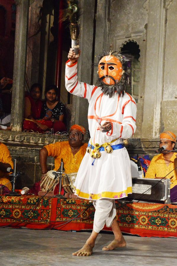 Совершитель народного танца Dharohar, Udaipur стоковая фотография