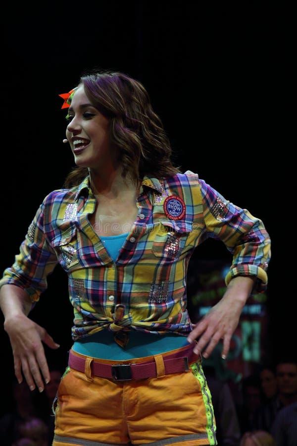 Совершитель цирка демонстрирует движения танца стоковое фото