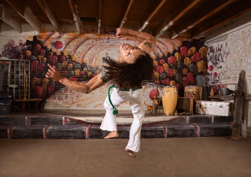 Совершитель Capoeira перескакивая вверх стоковое изображение