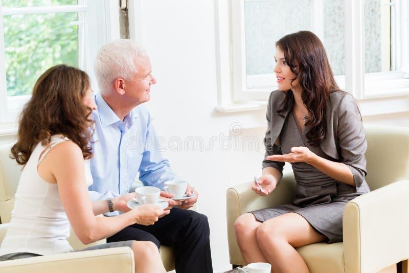 Советник давая совет вклада к старшим парам стоковая фотография rf