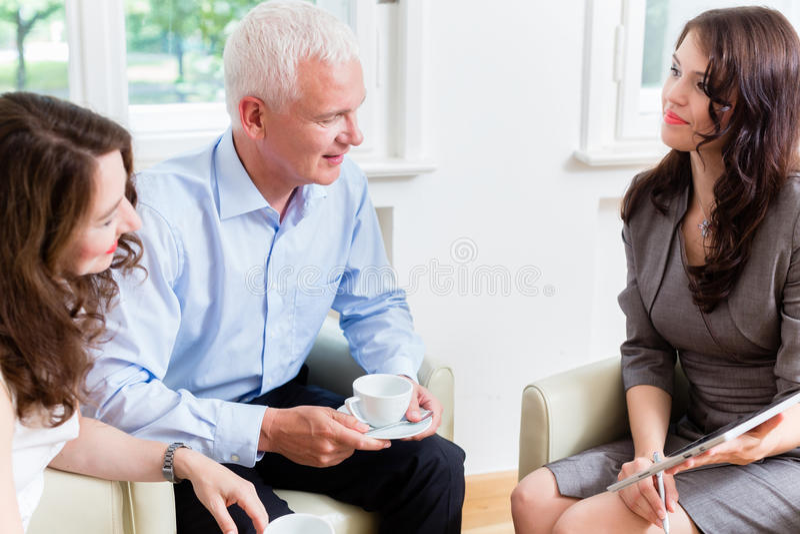 Советник давая совет вклада к старшим парам стоковые изображения rf