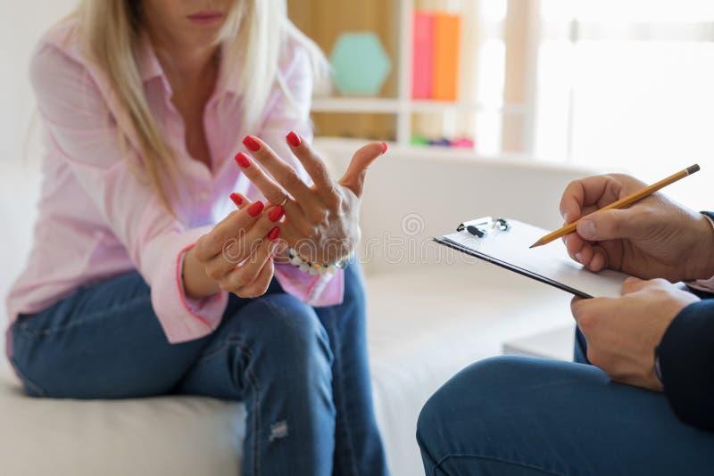Советник встречи женщины для консультации замужества стоковые изображения rf