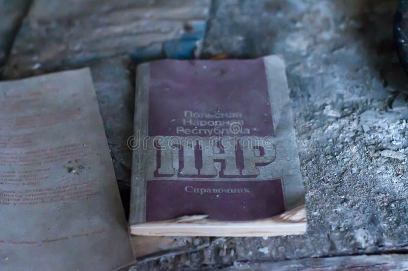 Советская брошюра пропаганды о польской республике на русском на таблице в разрушенной школе в Pripyt стоковые изображения rf