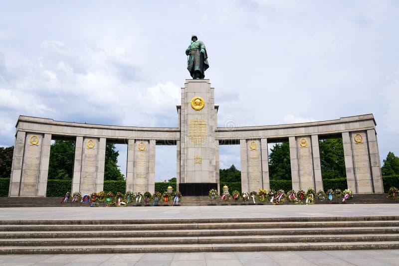 Советский военный мемориал раскрыл в 1945 около столбца победы Берлина в Tiergarten, Берлине стоковые фото