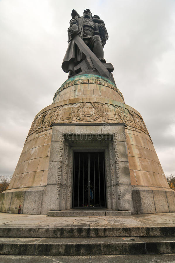 Советский военный мемориал в парке Treptower, панораме Берлина, Германии стоковое фото