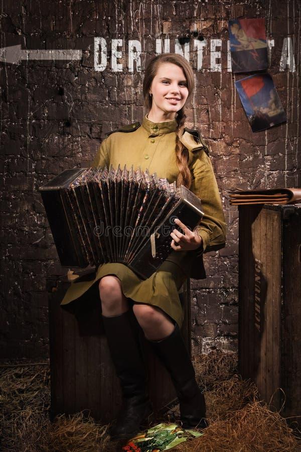 Советский женщина-солдат в форме Второй Мировой Войны с accordi стоковые фото