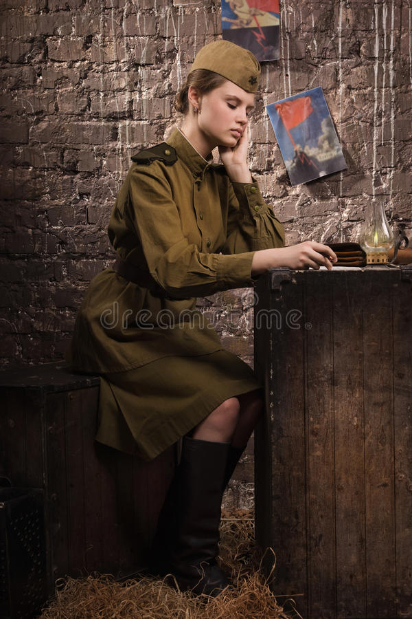 Советский женщина-солдат в форме Второй Мировой Войны стоковая фотография rf