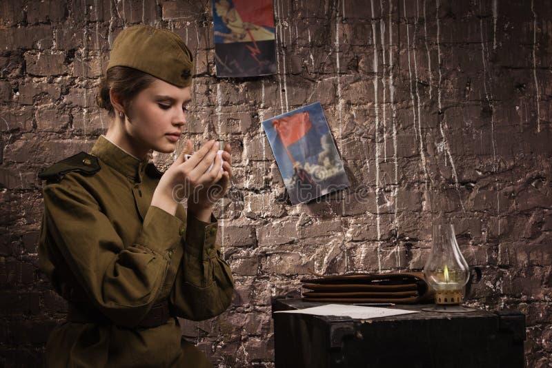 Советский женщина-солдат в форме WWII в землянке стоковые фотографии rf