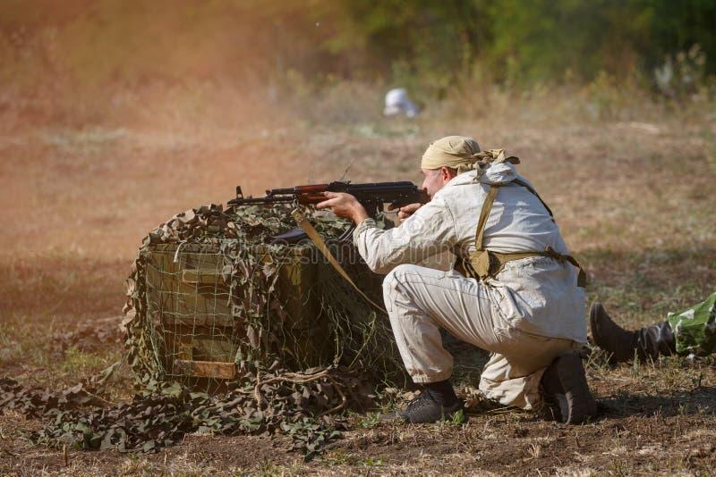 Советский солдат снимает от оружия автомата Калашниковаа стоковые изображения rf