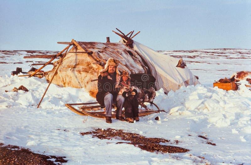 Советский турист имея контакт с ребенк коренного народа стоковое фото rf