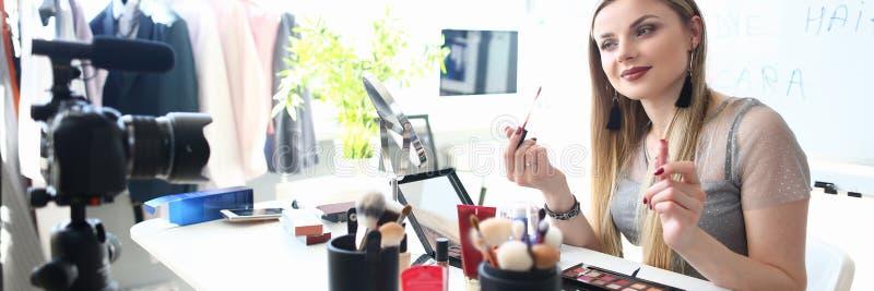 Совет красоты молодого блоггера записывая для Vlog стоковая фотография rf