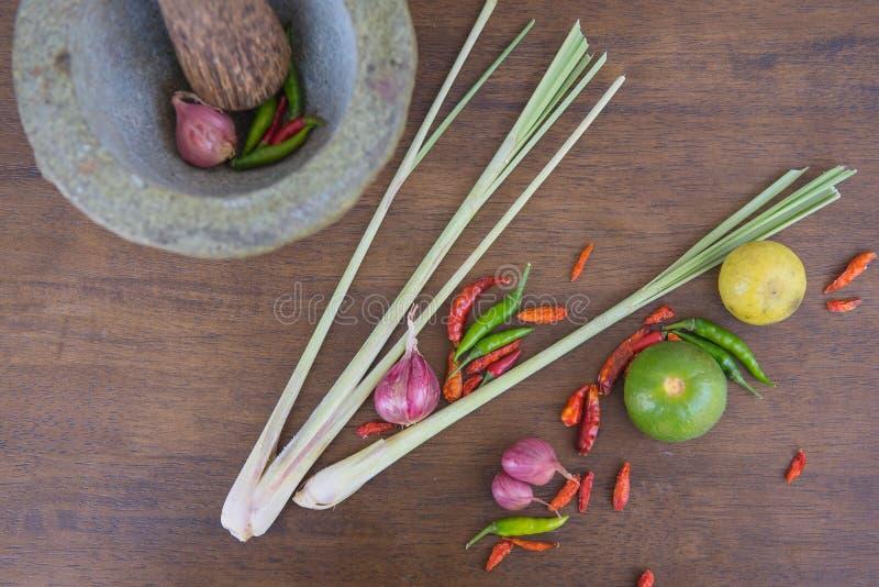 Совместите суп, травяную тайскую еду на деревянной предпосылке yum tom стоковое фото