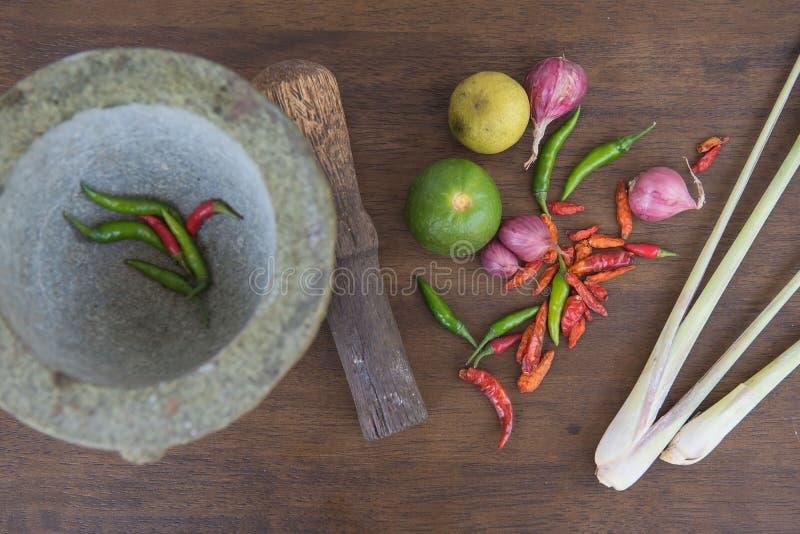 Совместите суп, травяную тайскую еду на деревянной предпосылке yum tom стоковые изображения