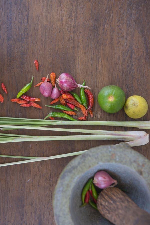 Совместите суп, травяную тайскую еду на деревянной предпосылке yum tom стоковая фотография