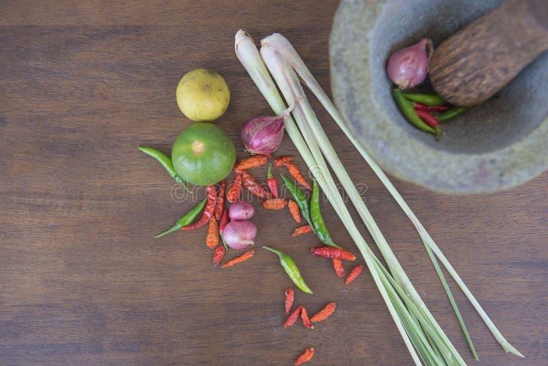 Совместите суп, травяную тайскую еду на деревянной предпосылке yum tom стоковое фото rf