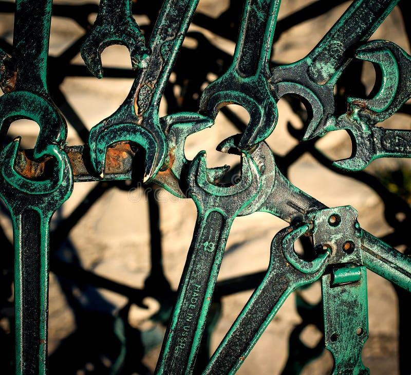 Современная абстрактная промышленная картина от гаечных ключей сваренного металла Предпосылка Steampunk стоковое фото rf
