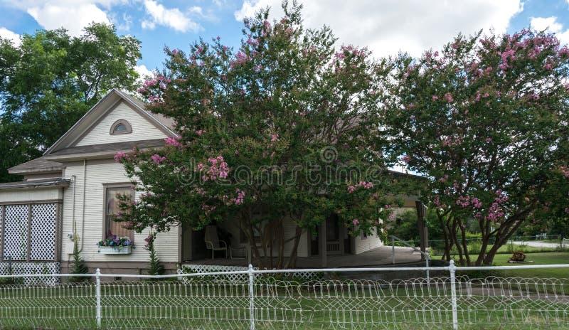 Современная американская сельская жизнь в Техасе Деревянный коттедж и сад стоковое фото