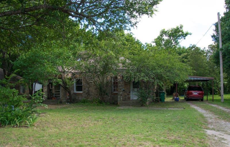 Современная американская сельская жизнь в Техасе Старые плохие коттедж и сад стоковые изображения rf