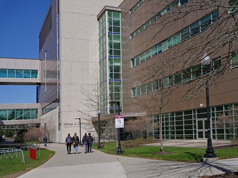 Современная архитектура в университете McMaster стоковые изображения rf