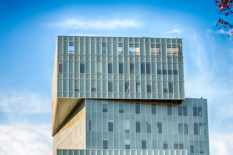 Современная архитектура офисного здания с голубым небом стоковое изображение rf
