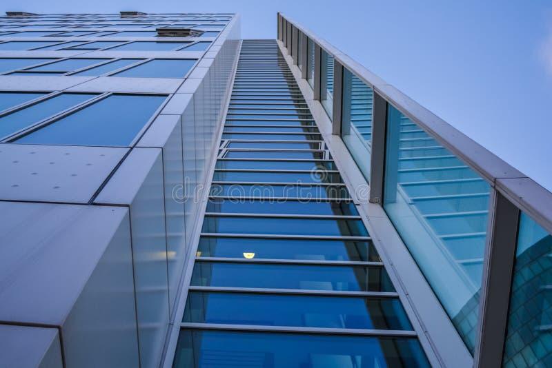 Современная архитектура офисных зданий Небоскреб от стекла и металла Отражения в окнах голубого неба Деловый центр стоковые изображения