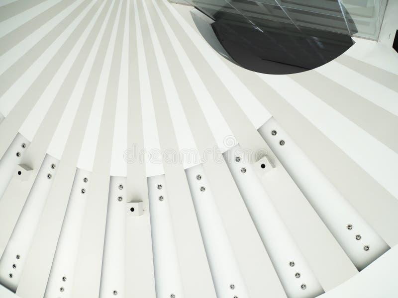 Современная архитектурноакустическая структура окна в крыше стоковое изображение