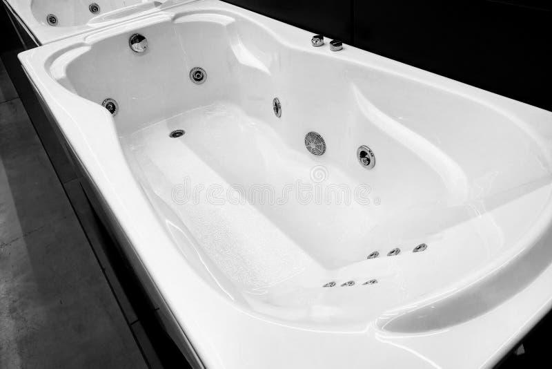 Современная белая ванна для bathroom стоковые фотографии rf