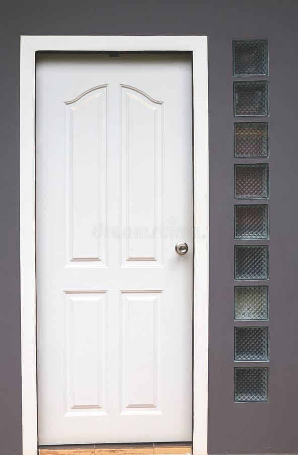 Современная белая дверь стоковая фотография rf