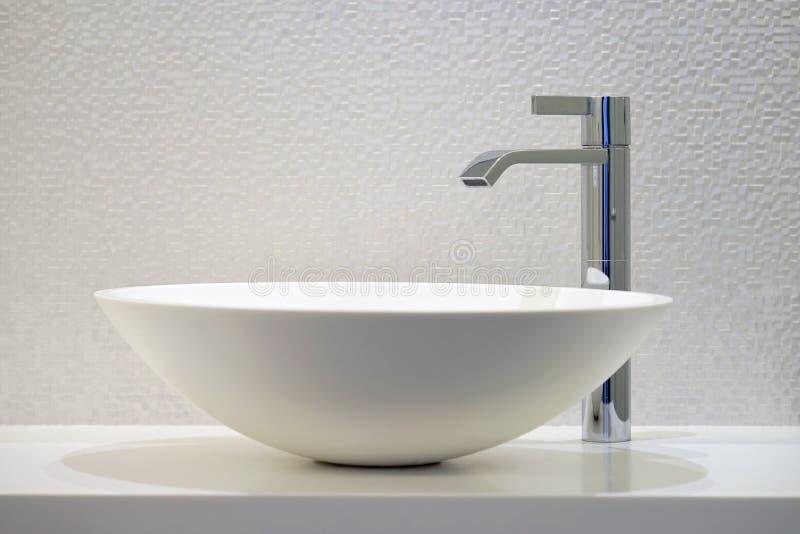 Современная белая раковина ванной комнаты с faucet стоковая фотография rf