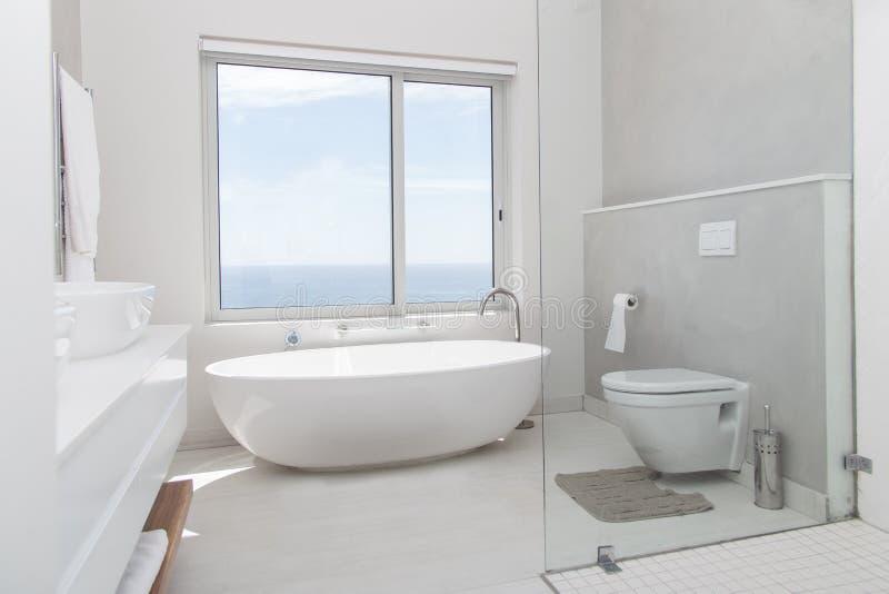 Современная белизна ванной комнаты стоковые изображения rf