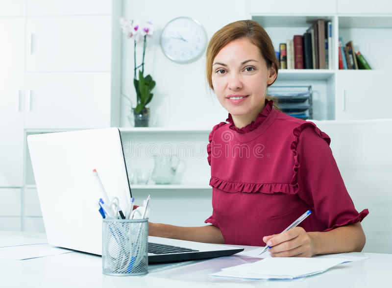 Современная бизнес-леди в офисе стоковое фото