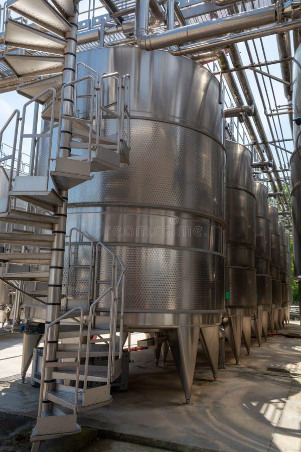 Современная био фабрика винных изделий в Италии, танках inox стальных мы стоковые изображения rf