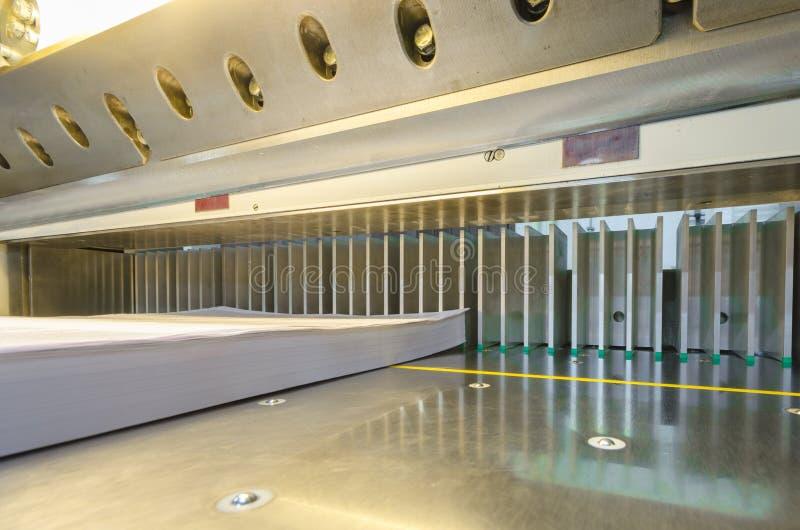 Современная бумажная гильотина с экраном касания стоковые фото