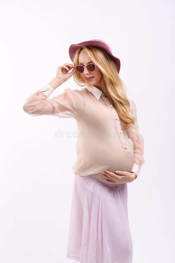 Современная будущая мама в головном уборе стоковые фотографии rf