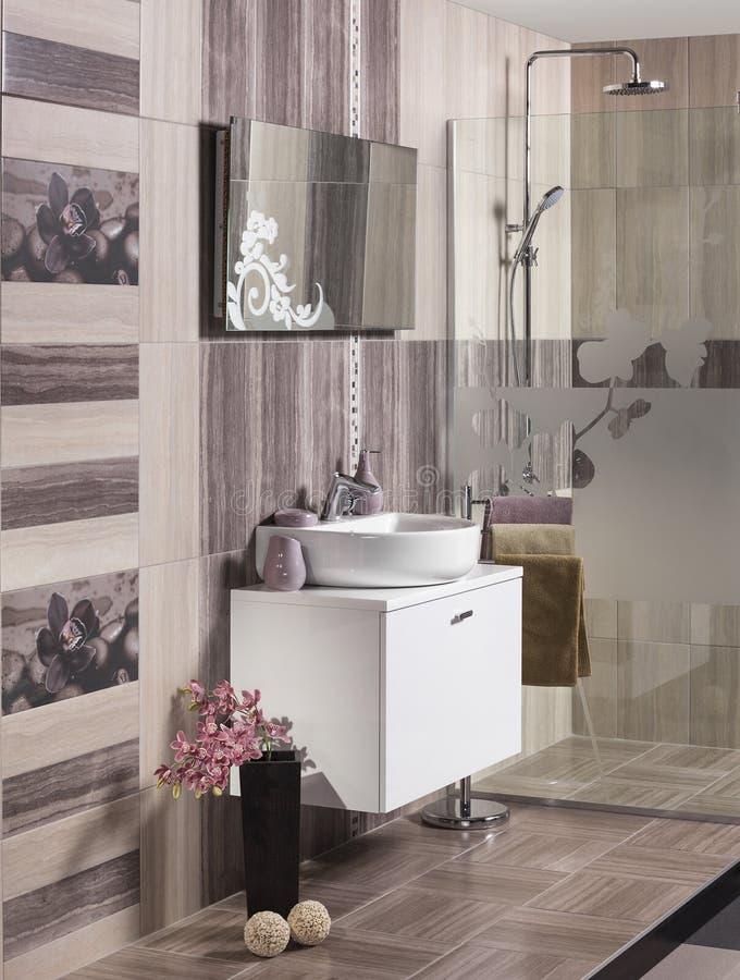 Современная ванная комната с раковиной стоковые изображения rf