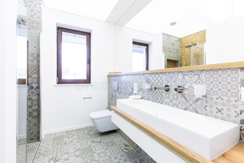 Современная ванная комната с сделанными по образцу плитками стоковые изображения rf