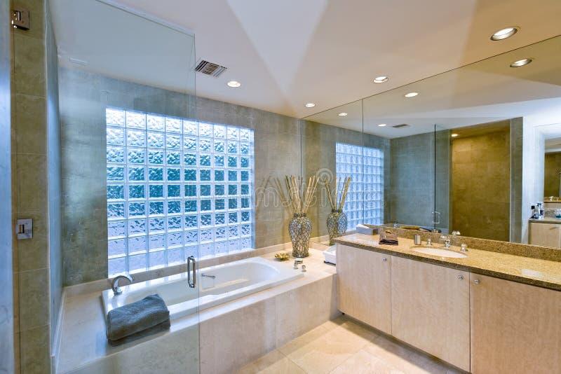 Современная ванная комната стоковые изображения rf