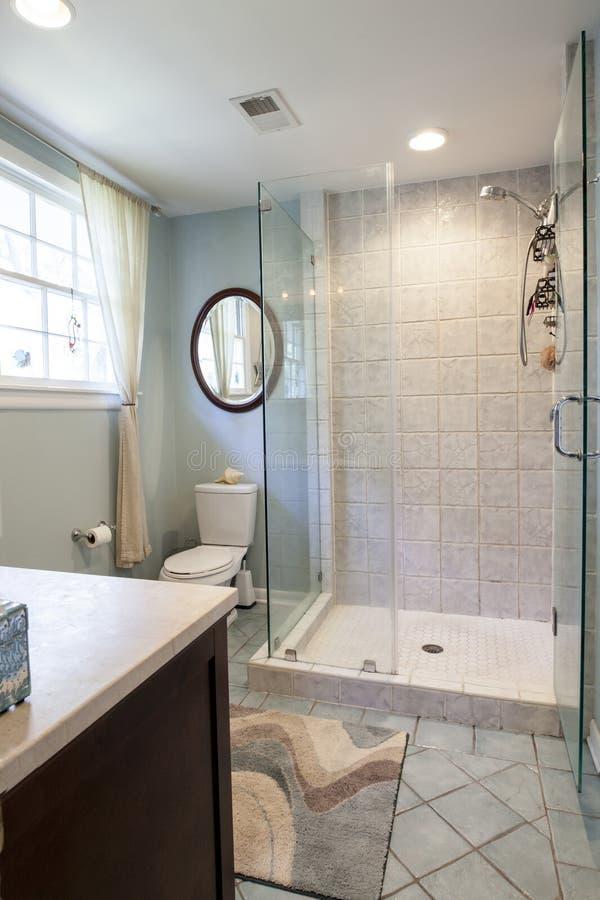 Современная ванная комната remodel с ливнем и плиткой стоковая фотография