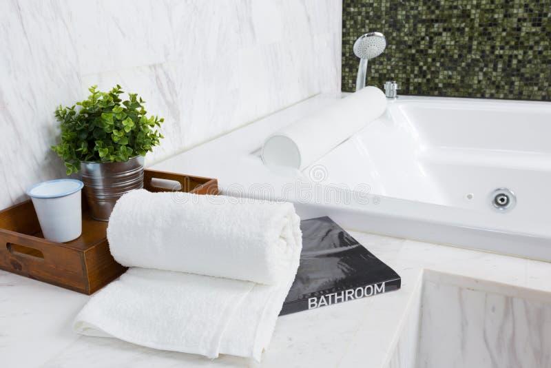 Современная ванна джакузи стоковая фотография rf