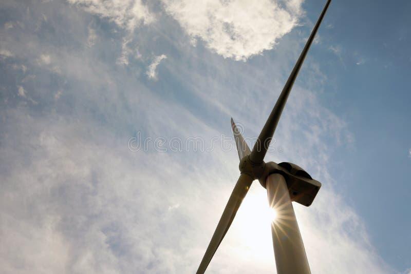 Современная ветряная турбина против неба, вид под низким углом Альтернативный источник энергии стоковое изображение