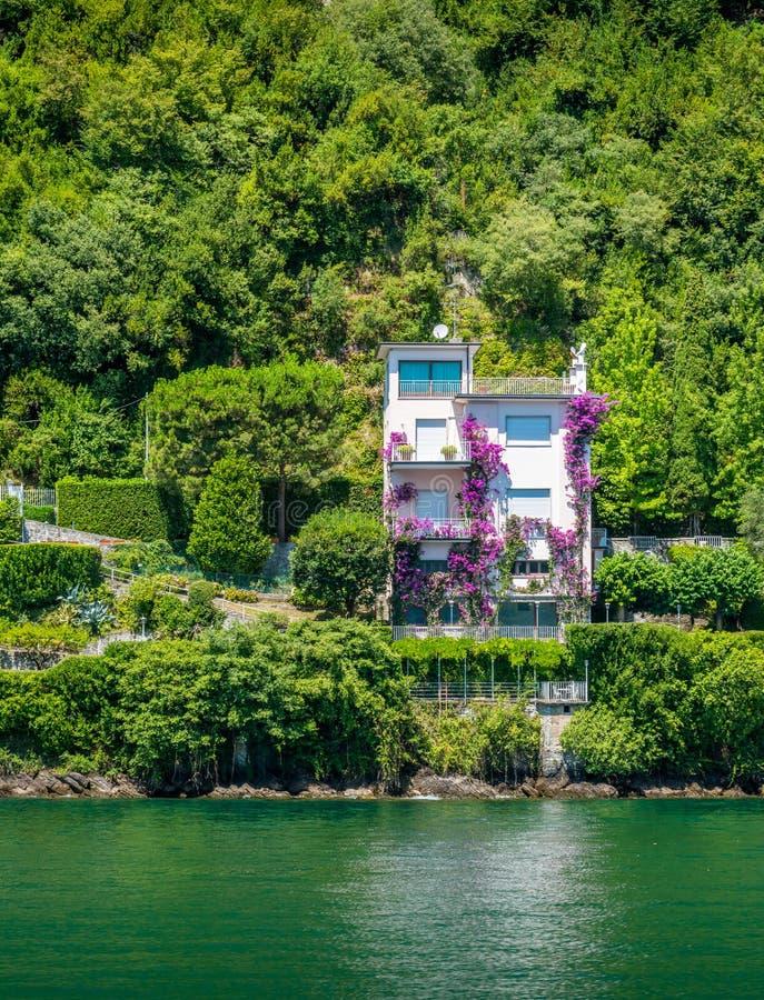 Современная вилла около Argegno, идилличная деревня на озере Como, Ломбардии, Италии стоковые изображения