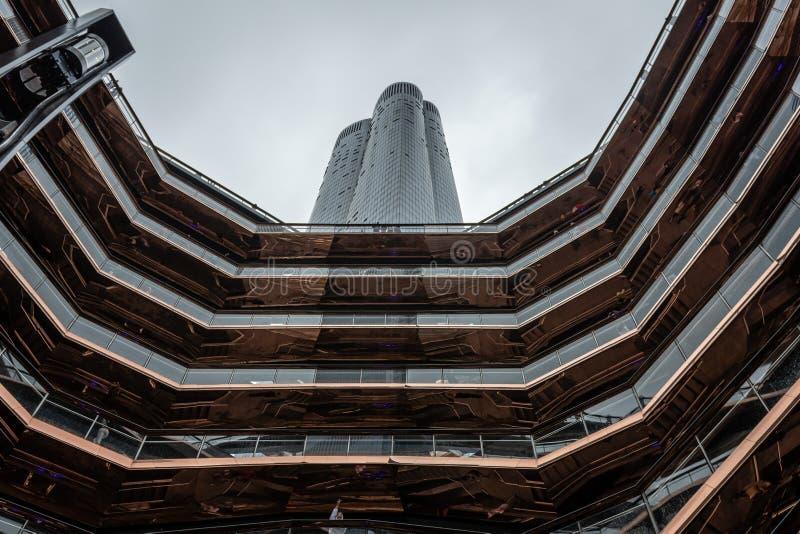 Современная винтовая лестница сосуда здания архитектуры centerpiece дворов в Нью-Йорке - изображения Гудзона стоковые изображения rf