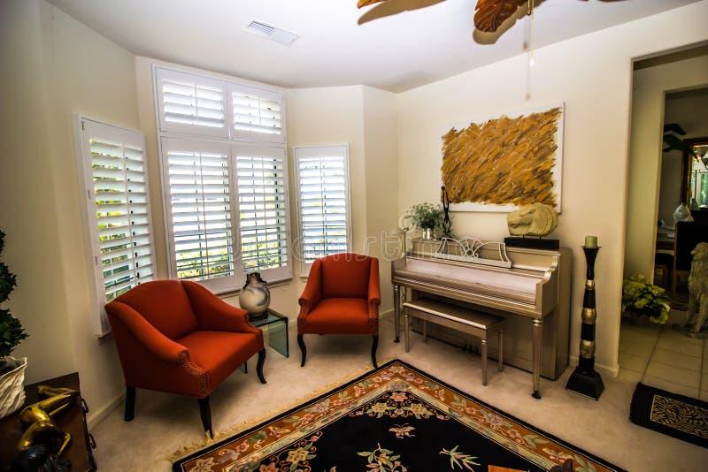 Современная гостиная с роялем стоковые фото