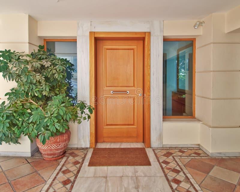 Современная дверь дома стоковые фотографии rf