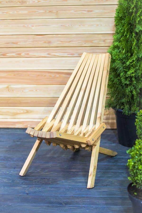 Современная деревянная складывая концепция deckchair Стул сада твёрдой древесины дизайна внутренний стоковое изображение