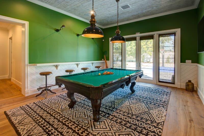 Современная домашняя игровая комната бассейна с таблицей стоковые изображения