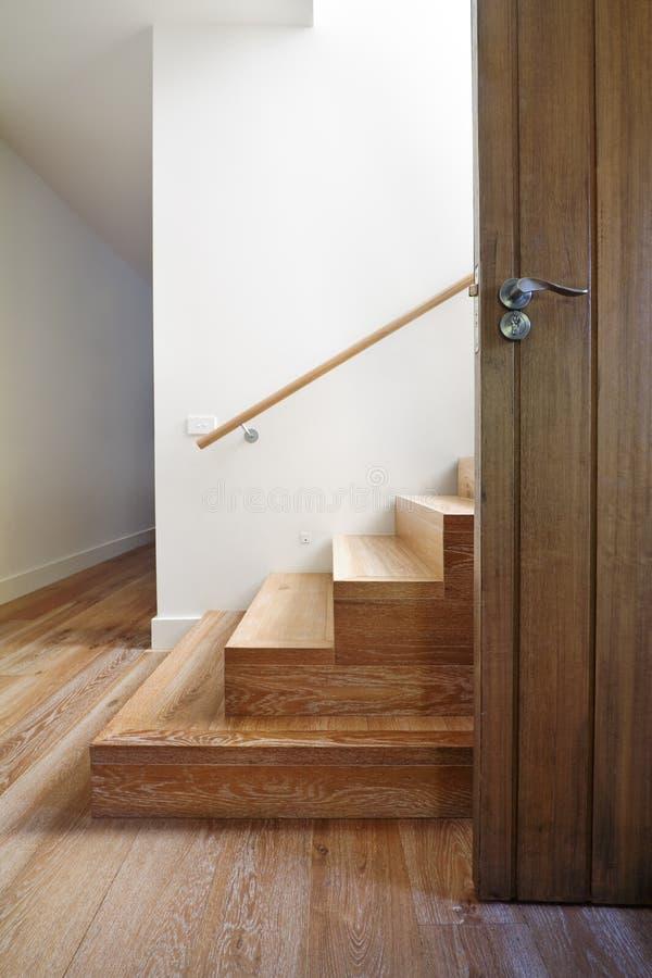 Современная лестница древесины дуба около парадного входа стоковая фотография rf