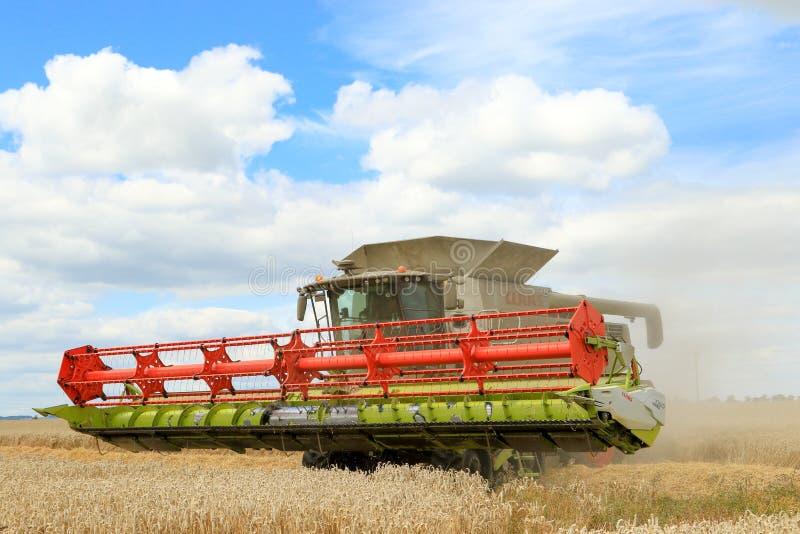 Современная жатка зернокомбайна класса с заголовком в воздухе стоковое фото