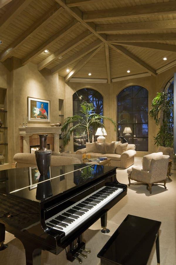 Современная живущая комната с роялем в переднем плане стоковые фото